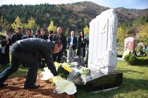 图片:北京著名异议人士包遵信去世一周年即星期二在北京郊区万佛园墓园举行骨灰下葬仪式,数十名各领域的民主人权人士前往参加悼念(浦志强提供)