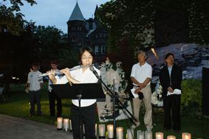 图片:64见证人加拿大著名华裔作家黄明珍在演奏长笛 (记者锡红提供)