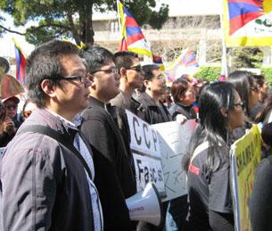 图片:参加流亡藏人集会的旧金山汉人(CK摄)。