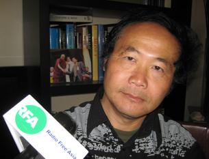 图片:陈维明邀请达赖喇嘛等人为画册作序(RFA记者萧融摄)