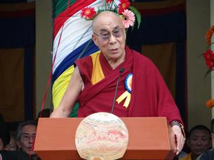 图片: 达赖喇嘛在祝寿仪式上发表演说。 (记者丹珍拍摄)