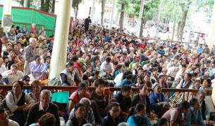 图片:六千多信众聆听达赖喇嘛传法(丹珍摄)