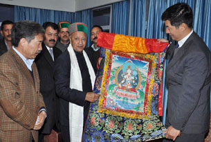 图片:藏人行政中央司政洛桑森格向印度喜马偕尔邦新任首席部长维尔巴德拉赠送唐卡恭贺当选。(藏人行政中央)