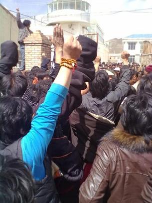 图片: 两千多名藏人聚集河南县公安局前,要求释放被捕的示威藏人。(记者丹珍提供)