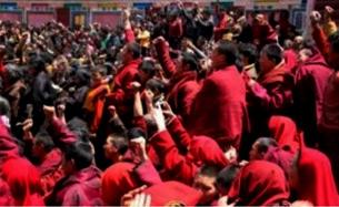 图片: 佐钦僧侣及民众要求当局停止随意打压、拘捕和非法搜查。 (消息人士提供/记者丹珍)