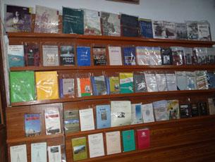 图片:阿尼玛卿西藏文化研究所出版的历史书籍(记者丹珍拍摄)