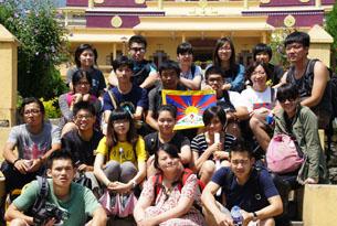 图片:台湾青年参访团一行7月30日拜见噶玛巴仁波切后在下密院寺院留影。(台湾图博之友会提供/记者丹珍)