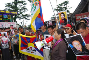 图片:达兰萨拉僧俗藏人于8月29日展开请愿活动。(记者丹珍拍摄)