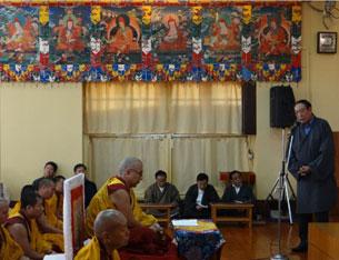 图片:藏人行政中央宗教与文化部部长白玛群觉10月5日在祈福会上发言。(记者丹珍拍摄)