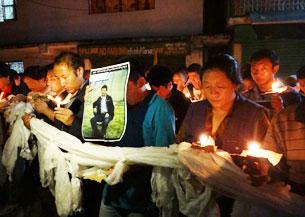 图片:达兰萨拉流亡藏人哀悼10月4日自焚身亡的西藏那曲藏人古珠。(记者丹珍拍摄)