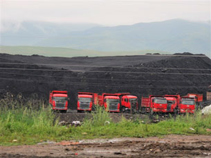 图片:青海刚察县沙柳河镇境内开采的煤矿运至内地。(受访人提供)