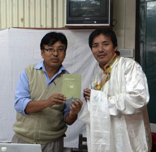 图片:藏人行政中央教育部传统教育项目负责人次仁桑珠为新书揭幕。(记者丹珍拍摄)