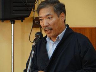 图片:藏人行政中央经济部部长次仁顿珠在祈福会上发言。(记者丹珍拍摄)
