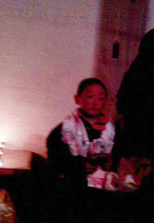 图片:旦真措遗下六岁的儿子宁强次仁。(受访人提供)