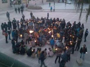 图片: 青海民族大学近千名学生为自焚亡者举行烛光哀悼活动。 (达兰萨拉受访人提供/记者丹珍)