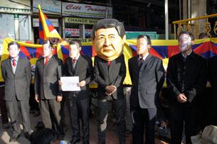 图片:达兰萨拉四个组织11月15日表演行动剧向中共领导人请愿。(记者丹珍拍摄)