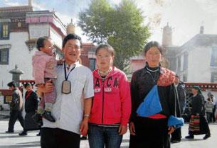 图片:当增卓玛曾与她的父母在西藏首府拉萨大昭寺广场合影。(受访人周五提供)