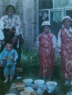 图片: 次仁顿珠遗下妻子和三个孩子。 (受访人提供/记者丹珍)