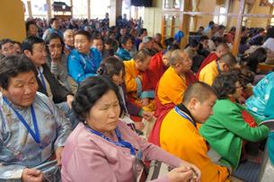 图片: 蒙古信众在达兰萨拉聆听达赖喇嘛传法。 (记者丹珍拍摄)