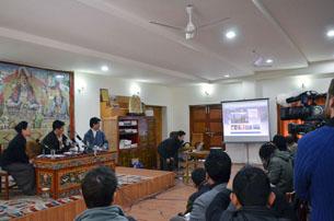 图片:洛桑森格为声援西藏活动网站及有关藏人自焚事件纪实短片进行揭幕。(记者丹珍摄)