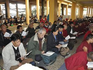 图片:流亡藏人为自焚同胞诵经祈福。(记者丹珍摄)