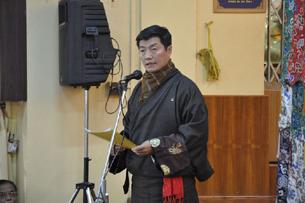 图片:藏人行政中央司政洛桑森格在祈福会上发言。(记者丹珍摄)