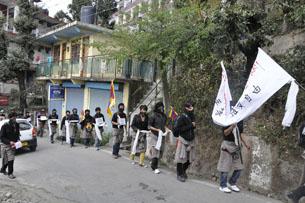 图片:印度西藏索嘎成人学校学生12月7日展开静声徒步游行和绝食活动。(记者丹珍摄)