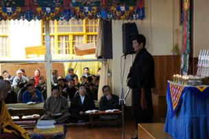 图片:藏人行政中央内阁司政洛桑森格11月11日在祈福法会上发言。(记者丹珍拍摄)