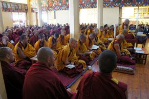 图片:达兰萨拉僧俗藏人11月11日为所有自焚者及受难同胞祈福。(记者丹珍拍摄)