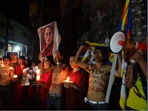 图片:达兰萨拉流亡藏人为自焚藏人举行烛光声援。(记者丹珍拍摄)