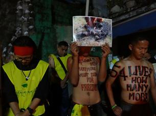 图片:烛光集会上向甘肃省甘南州合作市自焚身亡者桑杰嘉措表达哀悼。(记者丹珍拍摄)