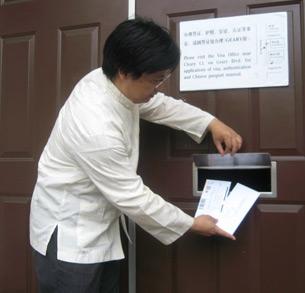 图片:封从德再次把信投进中领馆 (记者CK摄)