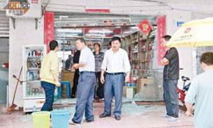 图片:有店舖的玻璃门被砸毁。(中国茉莉花革命网)