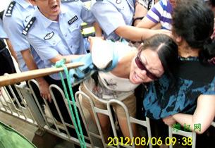 图片: 有市民被警察强行拉扯、拖拽。 (维权网)