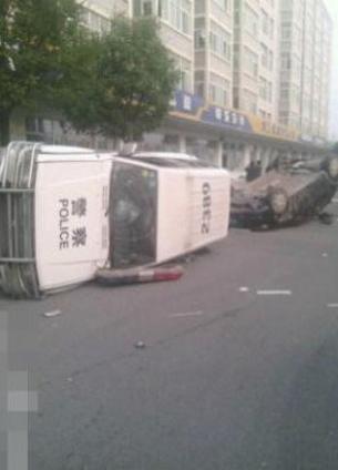 图片:警车被推翻。(网络图片)