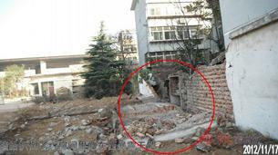 图片: 历城拆迁办带领人员,拆毁一酒精厂宿舍院墙。 (博讯网/记者方媛)