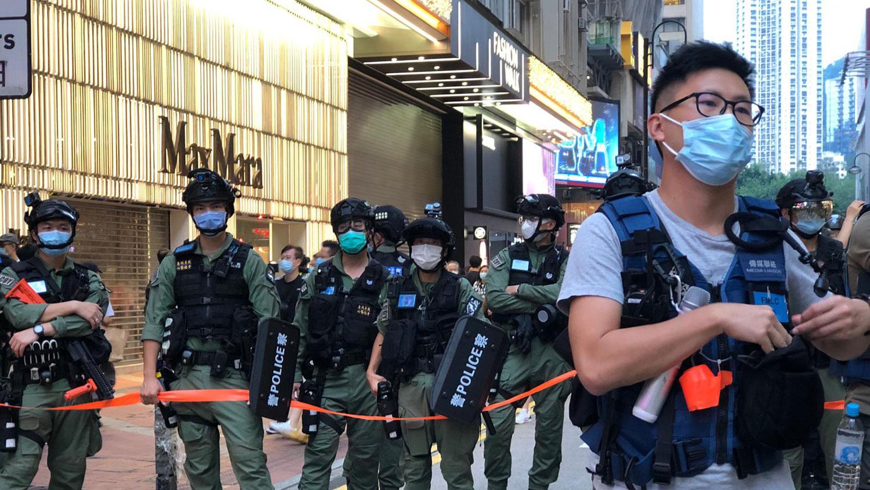 警察闹市随意截差途人、记者。(邓颖韬拍摄)