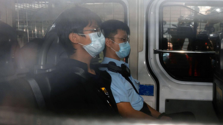 """2020年10月29日,前""""学生动源""""召集人钟翰林在在一辆警车上前往香港西九龙裁判法院。(REUTERS)"""