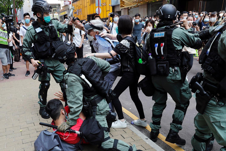 """由于""""危害国家安全""""活动,一直被质疑定义模糊,香港舆论更忧虑港警国安处的举报热线,会导致举报泛滥,更让民众噤若寒蝉。(美联社资料图片)"""