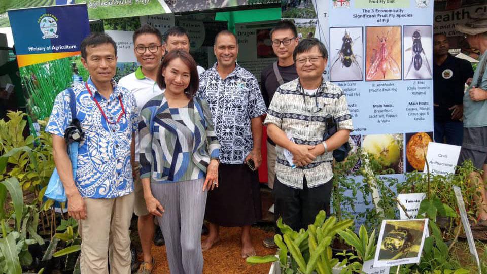 台湾驻斐济技术团辅导斐济农民改植蔬果。(Taiwan In Fiji脸书)