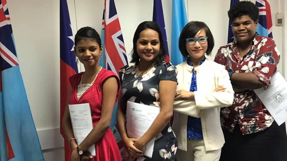 台湾驻斐济代表Jessica Lee向3名斐济学生颁发台湾奖学金/台湾ICDF奖学金。(Taiwan In Fiji脸书)