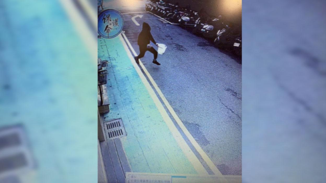 """监视器拍下涉嫌对""""保护伞""""餐厅泼鸡屎的黑衣男犯案后逃出。(保护伞友人Nancy提供)"""