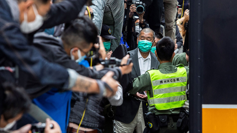 2021年2月9日,香港壹传媒创办人黎智英在香港的监狱车上离开终审法院。(AFP)