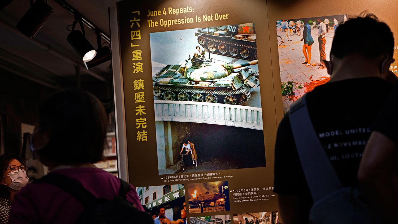 """2021 年 6 月 1 日,參觀者在""""六四紀念館""""觀看展品。 (美聯社)"""