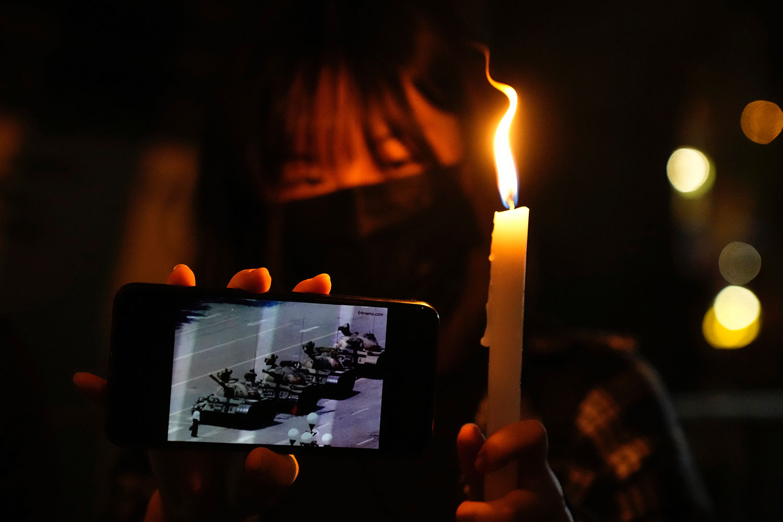 2021 年 6 月 4 日,在香港維多利亞公園外,人們點燃蠟燭以紀念六四32週年。 (美聯社)