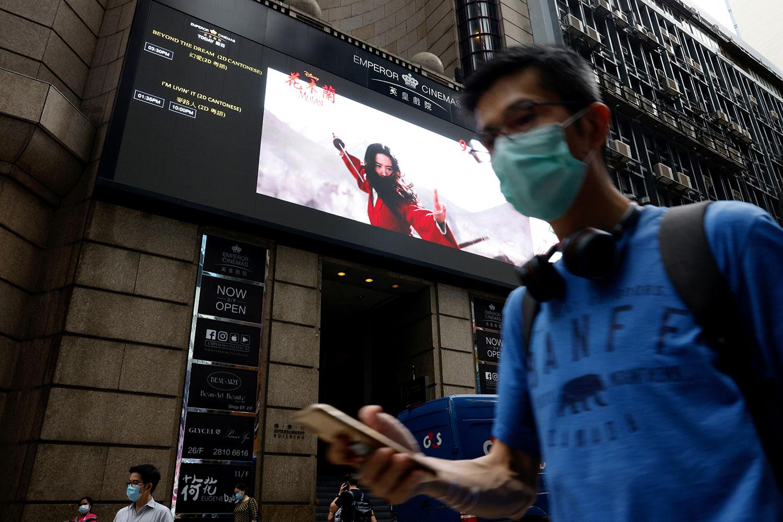 资料图片:2020 年 9 月 17 日,香港一家电影院屏幕上显示沃尔特·迪士尼影业电影《花木兰》预告片。(路透社)