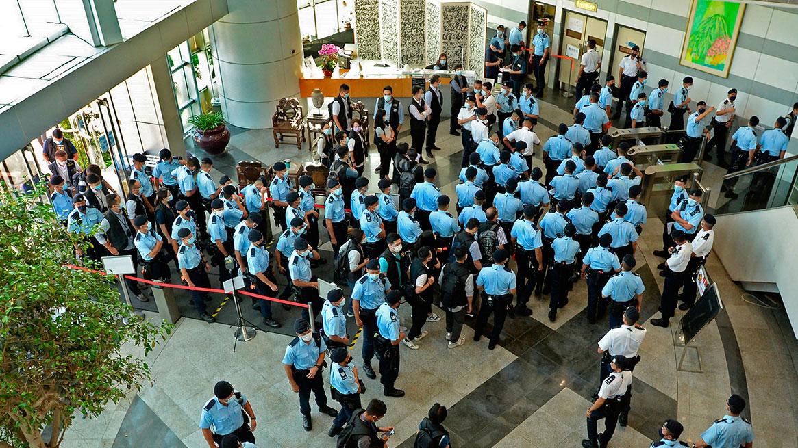 2021 年 6 月 17 日,警察聚集在香港苹果日报总部大厅。 (美联社)