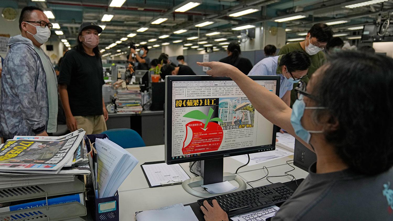 2021 年 6 月 18 日,香港印刷厂设计《苹果日报》报纸的版面。  (美联社)