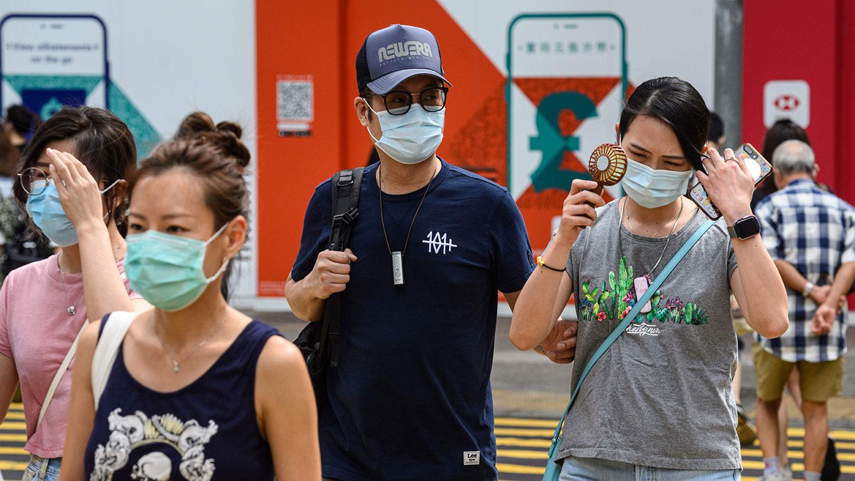 近日香港疫情严重,确诊个案以百宗起跳。图为,2020年7月20日,行人在香港街道上行走。(AFP)