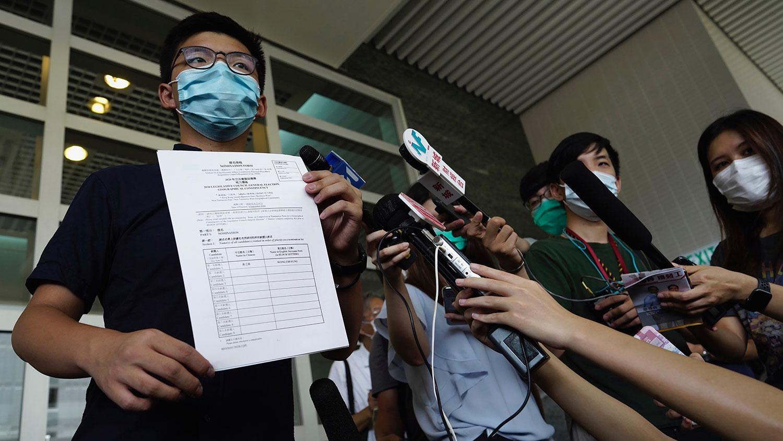2020年7月20日,第七届立法会选举已经开始接受提名,再有参选人到各区民政事务处报名参选,其中包括前香港众志秘书长黄之锋。(AP)